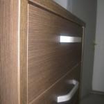 penkių stalčių tamsiai ruda svetainės komoda su storesniu viršumi ir storesniais šonais