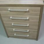 pilkai rudos spalvos penketos stalčių biuro komoda