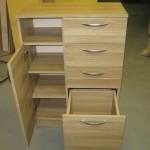 prieškambario komodos atvira lentyna ir 3 lentynos už durelių bei atvertas apatinis stalčius