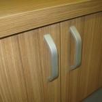 prieškambario komodos su keturiomis durelėmis dvi durelės su statmenomis mažomis rankenėlėmis