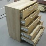 raštuotos šviesiai rudos 5 stalčių prieškambario komodos atidarais stalčiais