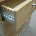 raštuotos šviesiai rudos 5 stalčių prieškambario komodos viršutinis stalčius