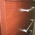 raudonmedžio spalvos 5 stalčių biuro komodos storesnis korpusas ir įleisti stalčiai