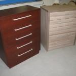 rausva ir pilkai ruda 5 stalčių biuro komodos