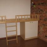 ruda dvejų baltų durelių komoda vaiko kambariui