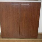 ruda dvejų durelių komoda su balsvu stalviršiumi