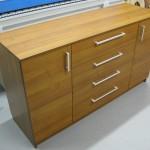 ruda ketvertos stalčių ir dviejų durelių svetainės komoda