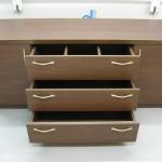 ruda komoda prieškambariui su trimis stalčiais ir dvejomis durelėmis