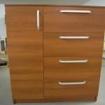 rudai rusvos spalvos virtuvės komoda 1 durelėmis kairėje ir 4 stalčiais dešinėje