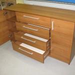 rudos 2 durelių 4 stalčių vaikų kambario komodos praviros durelės ir stalčiai