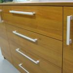 rudos miegamojo kambario komodos 2 durelėmis 4 stalčiais tekstūra ir rankenėlės
