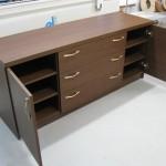 rudos prieškambario komodos durelės atvertos ir šešios lentynos