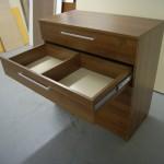 rudos spalvos 5 stalčių miegamojo komodos 2 stalčius su pertvara