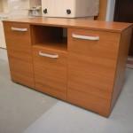 rusva dviejų durelių biuro komoda su stalčiumi ir atvira lentyna