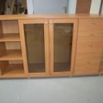 rusva svetainės komoda su dviem stiklinėmis durelėmis keturiais stalčiais ir devyniomis lentynomis