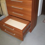 rusvos spalvos penkių stalčių miegamojo komoda su guoliniais bėgeliais
