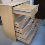 septynių stalčių miegamojo komoda su kokybiškais pilno ištraukimo bėgeliais