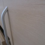 stati prieškambario komodos durelių rankenėlė ir grublėtas komodos paviršius