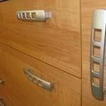 stati prieškambario komodos durelių rankenėlė su 4 kvadratinėmis skylėmis