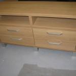 svetainės komoda įleistais 4 stalčiais 2 atviromis lentynomis ir sidabrinėmis kojelėmis