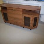 svetainės komoda 2 atviromis lentynomis 2 stalčiais 3 durelėmis