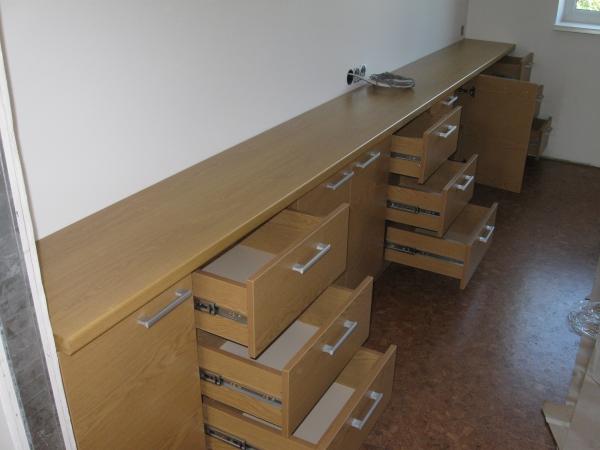 svetainės komodos devyniais stalčiais