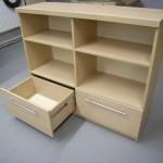 svetainės komoda su 4 atviromis lentynomis 2 stalčiais ir storintu stalviršiu