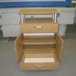 svetainės komoda su dvejomis durelėmis dvejais stalčiais ir lentyna virš aliuminių strypų