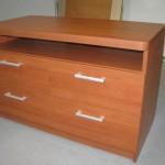 svetainės komoda su storintu apvalintu stalviršiu ir atvira per visą ilgį lentyna