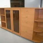 svetainės komoda su užapvalintomis atviromis lentynomis komodos kraštuose