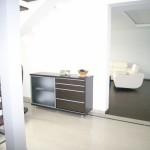 svetainės komoda su vienom slankiojančiom durelėm ir 4 stalčiais