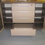 svetainės komodos atviros durelės su stiklais ir užraktais bei 8 lentynos