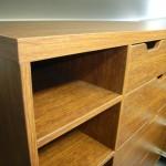 svetainės komodos atviros lentynos storintas komodos viršus ir stalčiai be rankenėlių