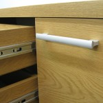 svetainės komodos durelės su trumpa horizontalia rankenėle