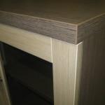 svetainės komodos storintas stalviršis bei durelės su stiklu ir užraktu