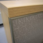 svetainės komodos storintas stalviršis ir stiklinės durelės