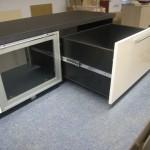 svetainės komodos su dviem atverčiamomis durelėmis pravertas stalčius su kokybiškais bėgeliais