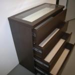 tamsiai ruda 4 stalčių svetainės komoda be rankenėlių storintu stalviršiumi