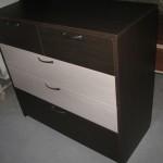 tamsiai ruda 5 stalčių miegamojo komoda dviemis pilkais stalčiais