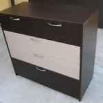 tamsiai ruda 5 stalčių svetainės komoda dviemis pilkais stalčiais