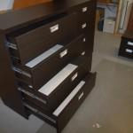 tamsiai ruda 8 stalčių miegamojo komoda