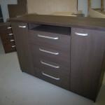 tamsiai ruda jaunuolio komoda su 2 durelėmis 4 stalčiais ir atvira lentyna virš stalčių