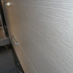 tamsiai rudos 5 stalčių miegamojo komodos su dviem pilkais stalčiais tekstūra