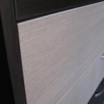 tamsiai rudos 5 stalčių svetainės komodos su dviem pilkais stalčiais tekstūra