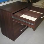 tamsiai rudos ketvertos stalčių miegamojo komodos viršutinis stalčius dviemis skyriais