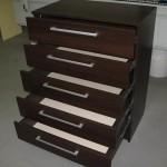 tamsiai rudos spalvos 5 stalčių virtuvės komoda kokybiškais guoliniais bėgeliais