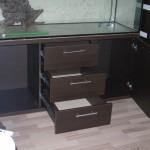 tamsiai rudos spalvos svetainės komoda terariumui arba akvariumui