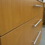 trijų stalčių miegamojo komodos tekstūra ir rankenėlės