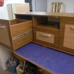 trijų stalčių svetainės komoda su dviem giliais stalčiais