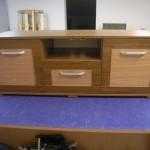 trijų stalčių svetainės komoda su kojelėmis